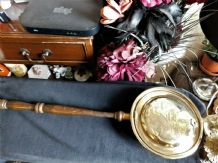 VINTAGE SMALL BRASS WARMING PAN WITH LONG WOODEN HANDLE MAP OF DEVON PIXIELAND